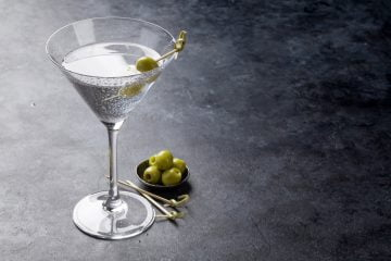 How to make a Vodka martini cocktail with vermouth and olives